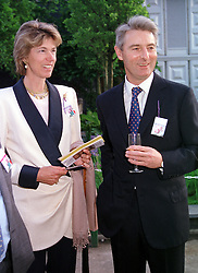 The EARL & COUNTESS OF VERULAM at the Chelsea<br />  Flower show in London on 22nd May 2000.OEJ 80