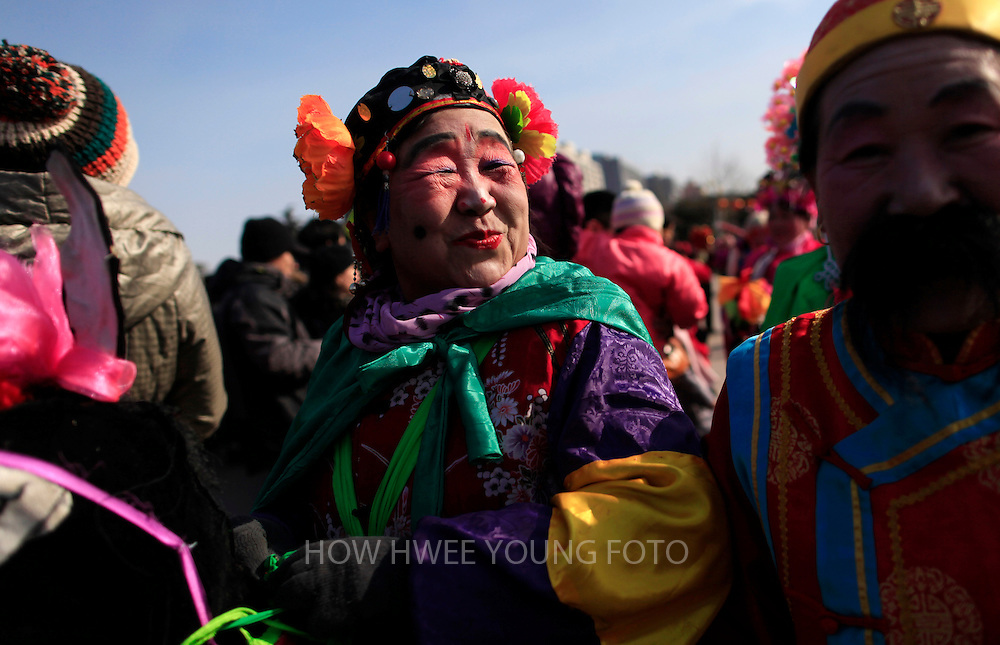 epa03584952 Chinese actors are seen performing a traditional dance on the last day of the Spring Festival holiday, marking the Lunar New Year, at a temple fair in a park in Beijing, China, 15 February 2013. China is celebrating the last day of the annual holidays of Spring Festival or Lunar New Year of the Snake, according to the traditional twelve year zodiac cycle.  EPA/HOW HWEE YOUNG