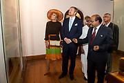 Zijne Majesteit Koning Willem-Alexander en Hare Majesteit Koningin Máxima brengen op uitnodiging van president Ram Nath Kovind een staatsbezoek aan de Republiek India.<br /> <br /> His Majesty King Willem-Alexander and Her Majesty Queen Máxima on a state visit to the Republic of India at the invitation of President Ram Nath Kovind.<br /> <br /> Op de foto / On the photo:  Koning Willem-Alexander en koningin Maxima bezoeken Mattancherry Palace in Kochi King Willem-Alexander and Queen Maxima visit Mattancherry Palace in Kochi