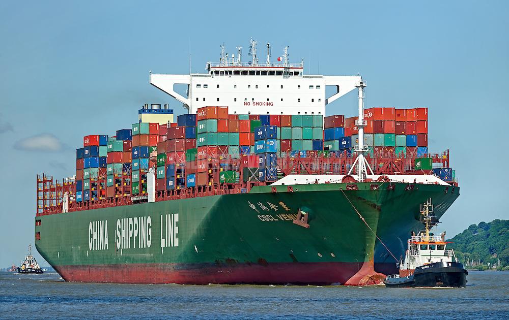 Containerschiff CSCL Venus der China Shipping Line wird von Schleppern auf der Elbe in den Hafen gezogen