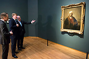 Koning Willem-Alexander opent in het Rijksmuseum Late Rembrandt, de grootste Rembrandt-tentoonstelling in bijna een halve eeuw. In de Philipsvleugel zien bezoekers dan ongeveer veertig schilderijen en zestig tekeningen uit de late periode van de beroemde Hollandse meester. <br /> <br /> King Willem-Alexander opens in the Rijksmuseum Late Rembrandt, the greatest Rembrandt exhibition in nearly half a century. In the Philips Wing see visitors than forty paintings and sixty drawings from the late period of the famous Dutch master.<br /> <br /> Op de foto / On the photo:  Koning Willem-Alexander  samen met directeur Wim Pijbes / King Willem-Alexander together with director Wim Pijbes