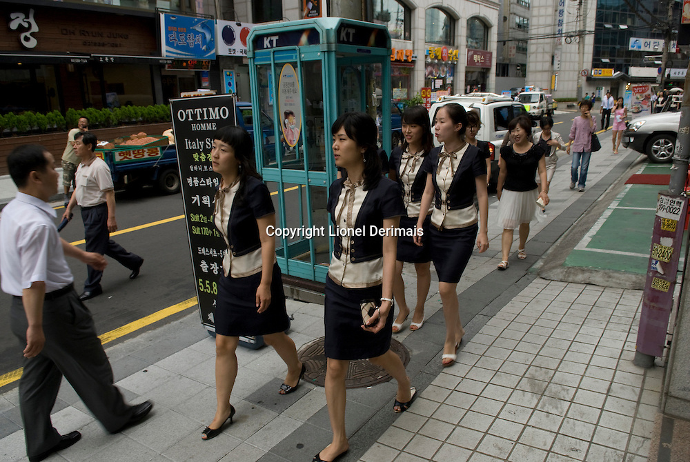 Employees go out to lunch in Seolleung,  Seoul, South Korea. 2009<br />