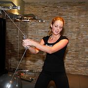 NLD/Amsterdam/20111128 - Opening Personal Gym van Carlos Lens, Liza Sips bezig met fitness apparaat