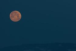THEMENBILD - Vollmond ist der Zeitpunkt, zu dem Sonne und Mond in Opposition zueinander stehen, also von der Erde aus gesehen in entgegengesetzten Richtungen, aufgenommen am 02. März 2018, Ort, Österreich // Full moon is the time when the sun and moon are in opposition to each other, that is, seen from Earth in opposite directions on 2018/03/02, Ort, Austria. EXPA Pictures © 2018, PhotoCredit: EXPA/ Stefanie Oberhauser