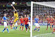 FUSSBALL  EUROPAMEISTERSCHAFT 2012   FINALE Spanien - Italien            01.07.2012 Torwart Iker Casillas (Mitte, Spanien) kann retten