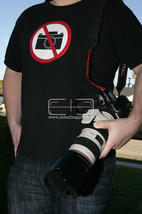 31st January 2008, Los Angeles, California. A paparazzi photographer wearing an ironic T-shirt. PHOTO © JOHN CHAPPLE / REBEL IMAGES.john@chapple.biz    www.chapple.biz
