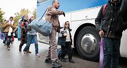 14.10.2015, Grenzübergang Freilassing - Salzburg, GER, Flüchtlingskrise in der EU, im Bild Migranten nachdem sie über die Österreichische Grenze im Bundesgebiet angekommen sind, werden per Bus weitertransportiert // Refugees wait to get on a bus, after they have arrived across the Austrian border, Freilassing, Germany on 2015/10/14. EXPA Pictures © 2015, PhotoCredit: EXPA/ JFK
