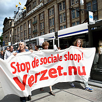 NOVUM; Nederland, Amsterdam , 14 JUNI 2014.<br /> Demonstratie Stop de sociale sloop! Verzet nu.<br /> De Initiatiefgroep 'Stop de sociale sloop! Verzet nu' organiseert een demonstratieve optocht op zaterdagmiddag 14 juni vanaf het Beursplein naar de Dokwerker in Amsterdam. De manifestatie op het Beursplein begint om 14 uur. De demonstratieve optocht vertrekt om 14.30 uur naar de Dokwerker. Daar op het Jonas Daniël Meijerplein staan vanaf ongeveer 15.30 uur sprekers en een optreden van 4Tuoze Matroze op het programma. Er zijn o.a. sprekers namens de Initiatiefgroep, Initiatief voor Betaalbaar Wonen Noord en het personeel van verzorgingshuis Sint Jacob – dat actie voert om sluiting te voorkomen.<br /> Foto:Jean-Pierre Jans