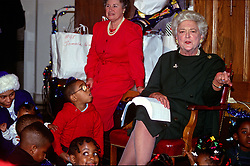 First lady Barbara Bush attends a Christmas Party for children at the Central Union Mission, a homeless shelter in Washington, DC, on December 13, 1989. Photo by Howard L. Sachs/CNP/ABACAPRESS.COM  | 633233_001 Washington Etats-Unis United States