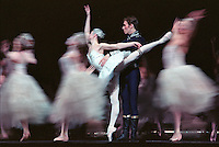 Alina Cojocaru and Johan Kobborg In the Royal Ballet production of Swan Lake. London 11/02<br />