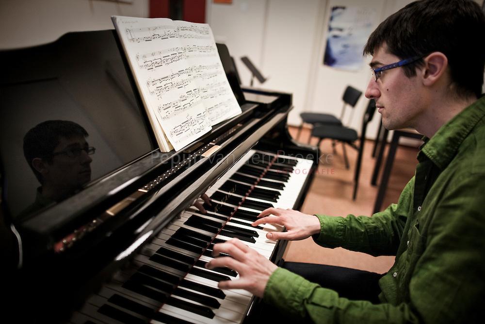 Prins Claus Conservatorium Groningen 2010-0203. Eloy Orzaiz Galarza (spanje), pianist, oefent zo'n 7 uur per dag. foto: Pepijn van den Broeke