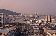 boats and junks in the inner harbour between Zouhai (China)  and Macau  ///  le port intérieur de Macao (berge gauche) la Chine a droit, les deux pays se partagent la rivière /// R211/16    L1594  /  R00211  /  P0006589