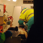 NLD/Naardenaren/20060114 - Vliegtuigje neergestort Amersfoortsestraatweg Naarden, 2 gewonden, inwoners uit Duitsland, verzorging gewonde, ambulance