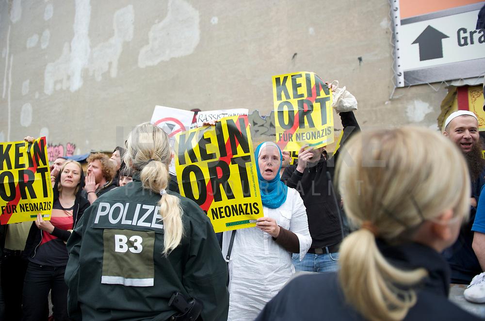 DEU, Deutschland, Germany, Berlin, 27.08.2011:<br />Gegendemonstanten einer Spontankundgebung der B&uuml;rgerbewegung pro Deutschland in der Neuk&ouml;llner Flughafenstrasse.