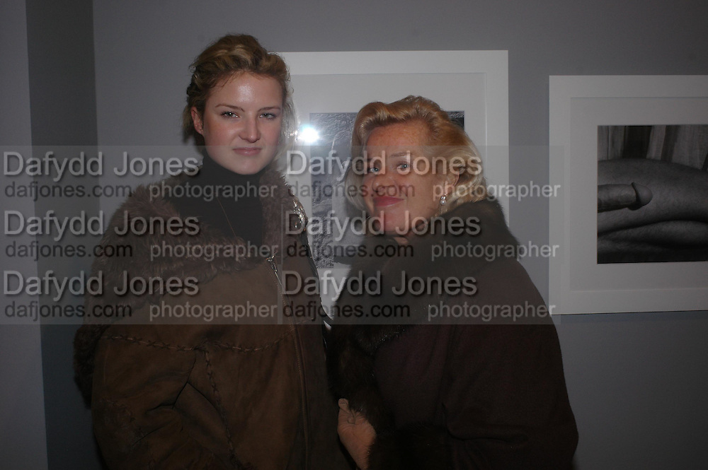 Fiona Scarry and her Mother Marlis Scarry. Robert Mapplethorpe exhibition curated by David Hockney. Alison Jacques Gallery. clifford St. London. 13 January 2005.  ONE TIME USE ONLY - DO NOT ARCHIVE  © Copyright Photograph by Dafydd Jones 66 Stockwell Park Rd. London SW9 0DA Tel 020 7733 0108 www.dafjones.com