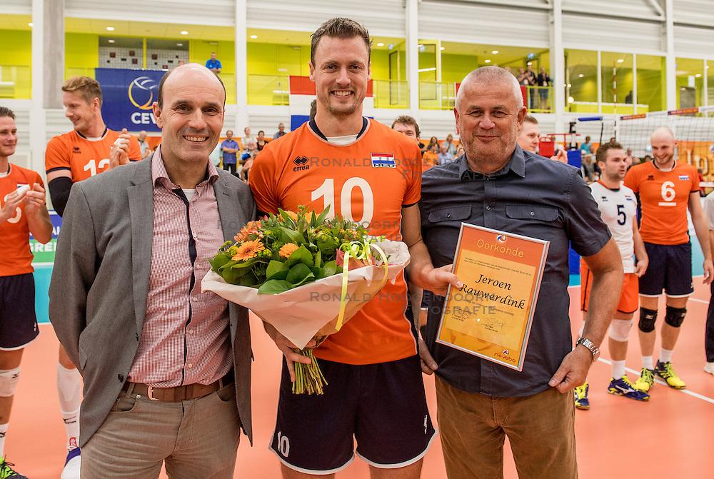 23-09-2016 NED: EK Kwalificatie Nederland - Oostenrijk, Koog aan de Zaan<br /> Nederland wint met 3-0 van Oostenrijk / Jeroen Rauwerdink #10 wordt door zijn vader en Michel Everaert gefeliciteerd met zijn 300ste wedstrijd