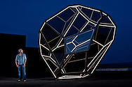 LE PEINTRE SCULPTEUR FRED FISCHER DEVANT SON OEUVRE A NEUCHATEL EN SEPTEMBRE 2009. ART PEINTURE EXPO CREATION ARTISTE. (PHOTO-GENIC.CH/ OLIVIER MAIRE)