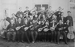 Reprodução de foto do Museu do Imigrante, em São Leopoldo mostra a orquestra dos alunos do Conceição que animava solenidades, festas e apresentações teatrais. A educação e a música estavam entrelaçadas. FOTO: Lucas Uebel/Preview.com