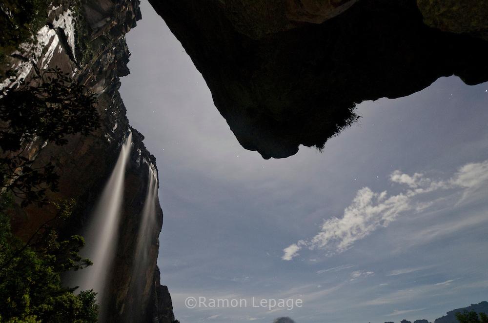 """AUYANTEPUY, VENEZUELA. Vista nocturna del Salto Angel o conocido por lengua indígena Pemon como """"Kerepacupai Vena; es la caída de agua más grande del mundo con sus 979 metros de altura.  El Auyantepuy es el mayor de los tepuis del Parque Nacional Canaima con  sus 700 kms2. (Ramon lepage /Orinoquiaphoto/LatinContent/Getty Images)"""