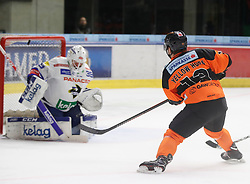06.01.2019, Merkur Eisstadion, Graz, AUT, EBEL, Moser Medical Graz 99ers vs EC VSV, 36. Runde, im Bild Dan Bakala (EC Panaceo VSV) und Colton Yellow-Horn (Moser Medical Graz 99ers) // during the Erste Bank Eishockey League 36th round match between Moser Medical Graz 99ers and EC VSV at the Merkur Eisstadion in Graz, Austria on 2019/01/06. EXPA Pictures © 2019, PhotoCredit: EXPA/ Erwin Scheriau