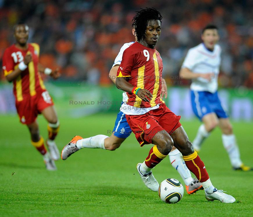 01-06-2010 VOETBAL: NEDERLAND - GHANA: ROTTERDAM<br /> Nederland wint vrij eenvoudig de oefenwedstrijd van Ghana / Wesley Sneijder en Derek Boateng<br /> &copy;2010-WWW.FOTOHOOGENDOORN.NL