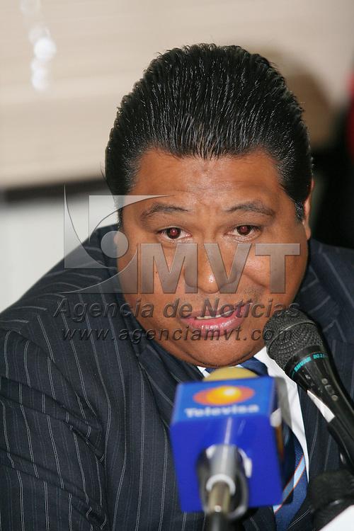 Toluca, Mex.- Carlos Alberto Perez Cuevas, diputado del PAN en el Congreso del Estado de M&eacute;xico, habla con periodistas sobre el caso Montiel y sobre el enfrentamiento que sostuvieron granaderos de la policia municipal de Toluca y comerciantes ambulantes. Agencia MVT / Javier Rodriguez. (DIGITAL)<br /> <br /> <br /> <br /> <br /> <br /> <br /> <br /> NO ARCHIVAR - NO ARCHIVE