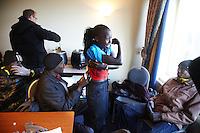 Nederland. Egmond aan Zee, 8 januari 2012.<br /> Florence Kiplagat (rood F2),wordt geassisteerd bij het opspelden van haar rugnummer.<br /> 40e editie van de halve marathon.<br />  Atletiek. Hardlopen Foto : Martijn Beekman
