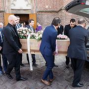 NLD/Utrecht/20160312 - Uitvaart Koen Everink, kist word uit de kerk gedragen met tekeningen van dochtertje