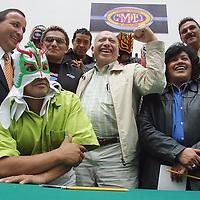 Toluca, Méx.- Isidro Pastor, lider del PRI en el estado de Mexico posa para la foto junto con luchadores profesionales que participaran en torneos organizados por el partido politico con fines de finaciamiento. Agencia MVT / Mario Vazquez de la Torre. (DIGITAL)<br /> <br /> NO ARCHIVAR - NO ARCHIVE