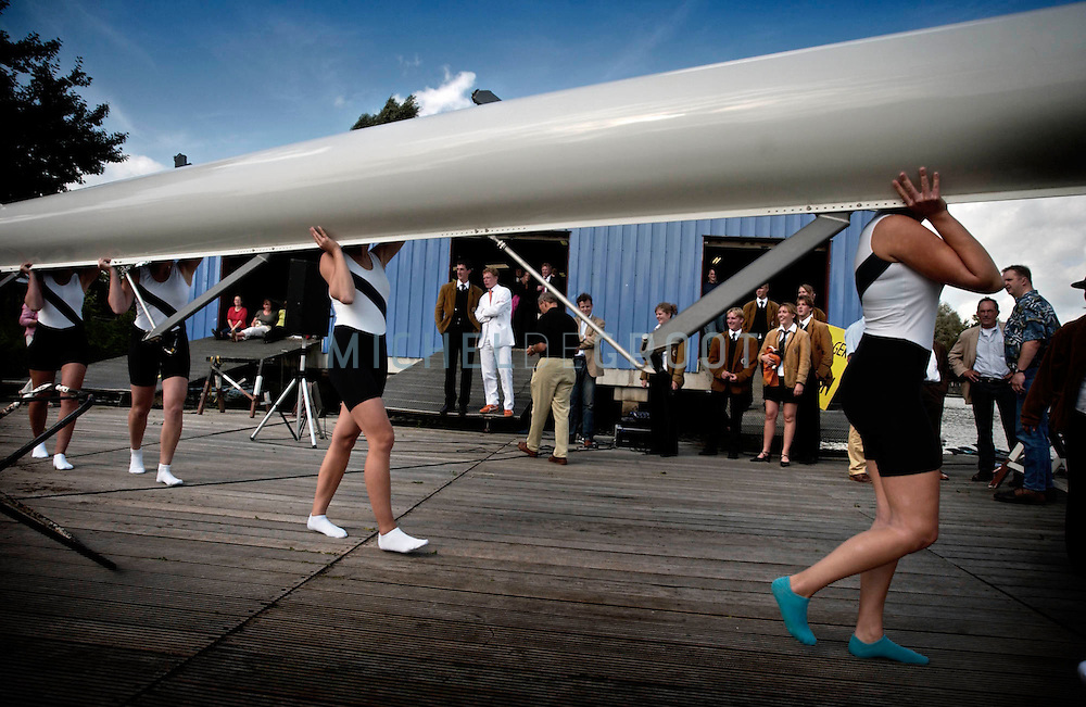 GRONINGEN, NETHERLANDS - 11-9-2003: HULDIGING JAN-WILLEM GABRIELS BIJ GYAS. Tijdens de Olympische Spelen in Athene won het roeiteam Holland Acht een zilveren medaille. --De nieuwe boot van GYAS wordt te water gelaten. Jan-Willem (in wit pak) kijkt toe--