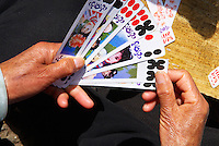Chine. Province du Yunnan. Ville de Lijiang. Patrimoine mondial de l'UNESCO. Femme Naxi jouant aux cartes (jeux local). // China. Yunnan province. City of Lijiang. UNESCO World Heritage. Naxi womans playing cards (local game).