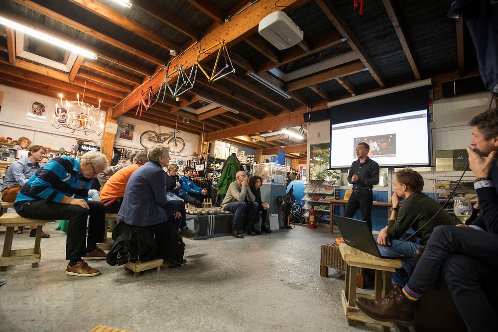 Journalist en fietser Marc de Bruijn vertelt over zijn ervaring met EPO. De Bruijn heeft meegedaan aan een onderzoek over de effecten van EPO. In Delft krijgt de nieuwe rijdster Lieke de Cock een rondleiding in de hal waar de fiets gemaakt wordt. In september wil het Human Power Team Delft en Amsterdam, dat bestaat uit studenten van de TU Delft en de VU Amsterdam, tijdens de World Human Powered Speed Challenge in Nevada een poging doen het wereldrecord snelfietsen voor vrouwen te verbreken met de VeloX 8, een gestroomlijnde ligfiets. Het record is met 121,44 km/h sinds 2010 in handen van de Francaise Barbara Buatois. De Canadees Todd Reichert is de snelste man met 144,17 km/h sinds 2016.<br /> <br /> Rider Lieke de Cock gets a tour in the hall where the VeloX is made. With the VeloX 8, a special recumbent bike, the Human Power Team Delft and Amsterdam, consisting of students of the TU Delft and the VU Amsterdam, also wants to set a new woman's world record cycling in September at the World Human Powered Speed Challenge in Nevada. The current speed record is 121,44 km/h, set in 2010 by Barbara Buatois. The fastest man is Todd Reichert with 144,17 km/h.In Utrecht wordt bij fietsenwinkel CycleWorks een wielercafe gehouden. Fietsliefhebbers horen daar verhalen over het wielrennen en krijgen tijdens het 'technisch kwartiertje' uitleg over onderhoud.