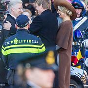 NLD/Amsterdam/20161128 - Belgisch Koningspaar start staatsbezoek aan Nederland, Koning Willem Alexander en koningin Maxima begroeten Koning Filip