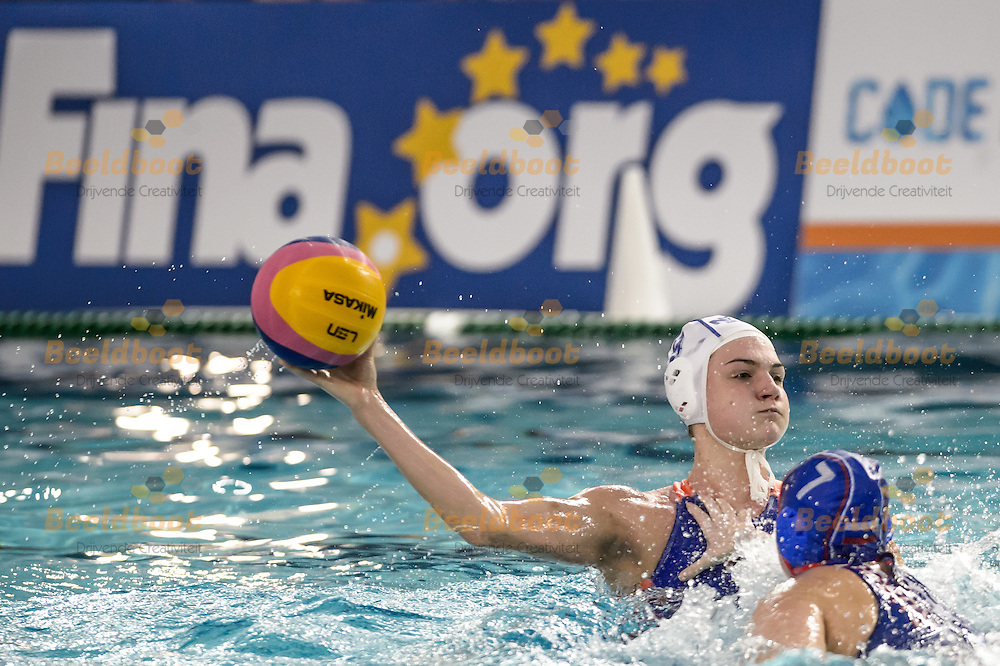 20-12-2016: Waterpolo: Nederland v Rusland: Utrecht<br /> <br /> (L-R) MEGENS Maud of team Netherlands during FINA Womens's Waterpolo World League Match betweenThe Netherlands and Russia in pool De Krommerijn at Utrecht<br /> <br /> FINA Womens's Waterpolo World League Match - Season 2016 / 2017<br /> <br /> Foto: Gertjan Kooij