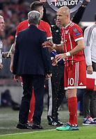 FUSSBALL CHAMPIONS LEAGUE SAISON 2017/2018 VIERTELFINALE RUECKSPIEL FC Bayern Muenchen - FC Sevilla        11.04.2018 Arjen Robben (FC Bayern Muenchen) goennt sich eine Erfrischung