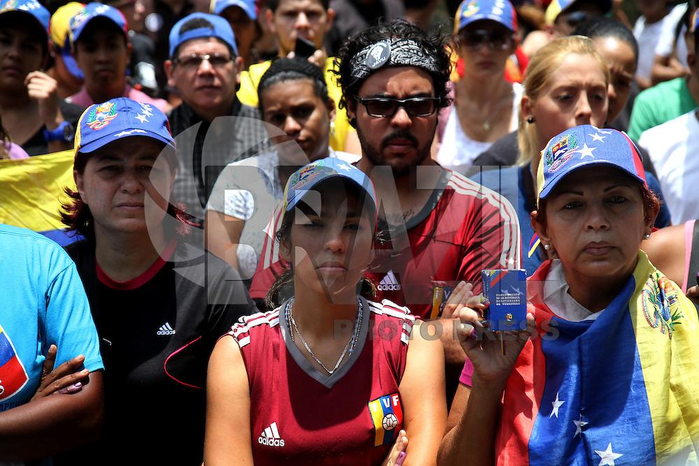 """CARACAS,VENEZUELA, 15 DE ABRIL DE 2013 - PROTESTO EM CARACAS - Apoiadores do candidato de oposição à Presidência da Venezuela, Henrique Capriles,  protestam em Caracas. Formada pela maioria de estudantes, os manifestantes entraram no hotel Caracas Palaces onde está hospedado o observador internacional das eleições Diego Suarez e com gritos de """"Onde estão nossos votos"""" e """"Temos um presidente e ele se chama Henrique Capriles"""" pediram  a abertura de todas as caixas de votos e que a eleição não seja reconhecida. FOTO: AMANDA PEROBELLI / BRAZIL PHOTO PRESS"""