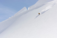 Ein Alpinist bei einer schnellen Abfahrt in der Flanke des Louwihorns, Wallis, Schweiz<br /> <br /> A fast descending alpinist in the run from the Louwihorn, Wallis, Schweiz