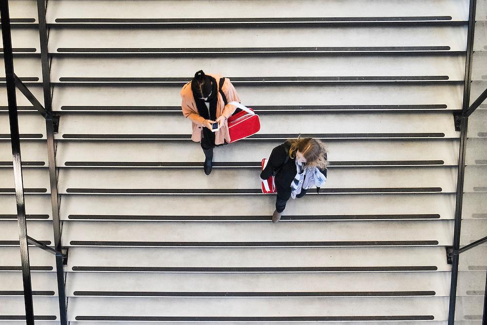 Nederland, Utrecht, 4 febr 2014<br /> Universiteitsbibliotheek Utrecht op de Uithof. In de binnenstad is nog een UB.<br /> Twee studentes lopen de trap af.<br /> Foto: Michiel Wijnbergh