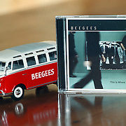 Beegees Cd This is where i came in en Volkswagen Samba van miniatuur