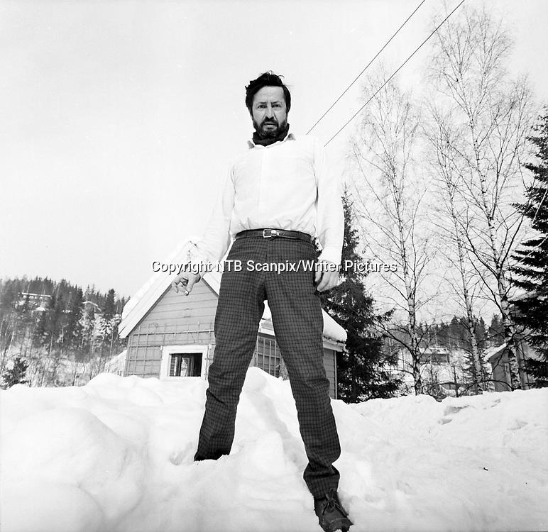 Mars 1968; Forfatter Jens Bj&macr;rneboe takker h&macr;yesterett for gratis PR for hans bok ''Uten en tr&Acirc;d'', som ble en kjempesuksess p&Acirc; salgsfronten etter at boka ble betegnet som utuktig og Bj&macr;rneboe ble d&macr;mt. Her st&Acirc;r en breibeint og skjeggete forfatter og r&macr;yker i sn&macr;en. <br /> FOTO; AAGE STORL&yuml;KKEN / AKTUELL / SCANPIX <br /> <br /> <br /> NTB Scanpix/Writer Pictures<br /> <br /> WORLD RIGHTS, DIRECT SALES ONLY, NO AGENCY