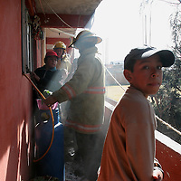 Toluca, Mex.- Bomberos sofocan el fuego en una vecindad de la colonia Moderna de la Cruz. Agencia MVT / Mario Vazquez de la Torre. (DIGITAL)<br /> <br /> NO ARCHIVAR - NO ARCHIVE