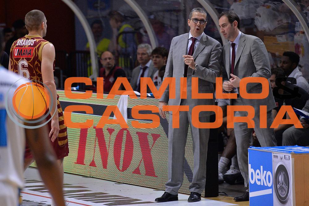 DESCRIZIONE : Cremona Lega A 2015-16 Play Off gara 1 Vanoli Cremona Umana Reyer Venezia <br /> GIOCATORE : De Raffaele Walter<br /> CATEGORIA :  Coach fair play<br /> SQUADRA : Umana Reyer Venezia<br /> EVENTO : Campionato Lega A 2015-2016 GARA : Vanoli Cremona vs Umana Reyer Play Off gara 1<br /> DATA : 08/05/2016 <br /> SPORT : Pallacanestro <br /> AUTORE : Agenzia Ciamillo-Castoria/I.Mancini<br /> Galleria : Lega Basket A 2015-2016 Fotonotizia : Cremona Lega A 2015-16 PlayOff Gara 1  Vanoli Cremona Umana Reyer Venezia