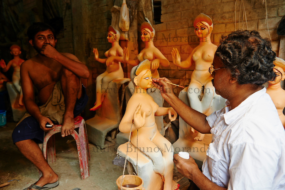 Inde, Bengale-Occidental, Kolkata, Kumartuli district, sculptures en glaise des effigies Hindou pour la fete de Durga Puja // India, West Bengal, Kolkata, Calcutta, Kumartuli district, clay idols of Hindu gods and goddesses statue for Durga Puja festival