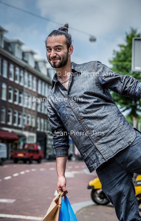 Nederland, Amsterdam, 23 juli 2016.<br />We volgen de Syrische jongen Ibrahim Najjar in de Spaarndammerbuurt in zijn zoektocht naar de ingredienten voor het Syrische kipgerecht Mskhan, een Syrisch ovengerecht met kip, citroen en ui.<br />Hij heeft zijn buren uitgenodigd bij hem te komen eten.<br /><br /><br /><br /><br />Foto: Jean-Pierre Jans