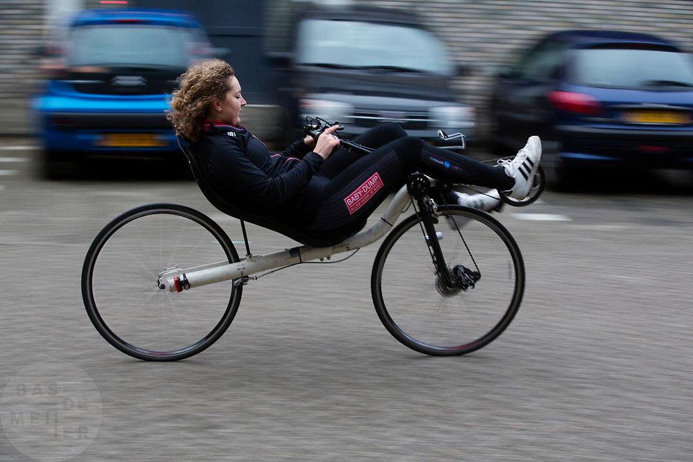 In Delft rijdt Lieke de Cock voor het eerst op de ligfiets. In september wil het Human Power Team Delft en Amsterdam, dat bestaat uit studenten van de TU Delft en de VU Amsterdam, tijdens de World Human Powered Speed Challenge in Nevada een poging doen het wereldrecord snelfietsen voor vrouwen te verbreken met de VeloX 8, een gestroomlijnde ligfiets. Het record is met 121,81 km/h sinds 2010 in handen van de Francaise Barbara Buatois. De Canadees Todd Reichert is de snelste man met 144,17 km/h sinds 2016.<br /> <br /> In Delft Lieke de Cock rides a recumbent for the first time. With the VeloX 8, a special recumbent bike, the Human Power Team Delft and Amsterdam, consisting of students of the TU Delft and the VU Amsterdam, also wants to set a new woman's world record cycling in September at the World Human Powered Speed Challenge in Nevada. The current speed record is 121,81 km/h, set in 2010 by Barbara Buatois. The fastest man is Todd Reichert with 144,17 km/h.