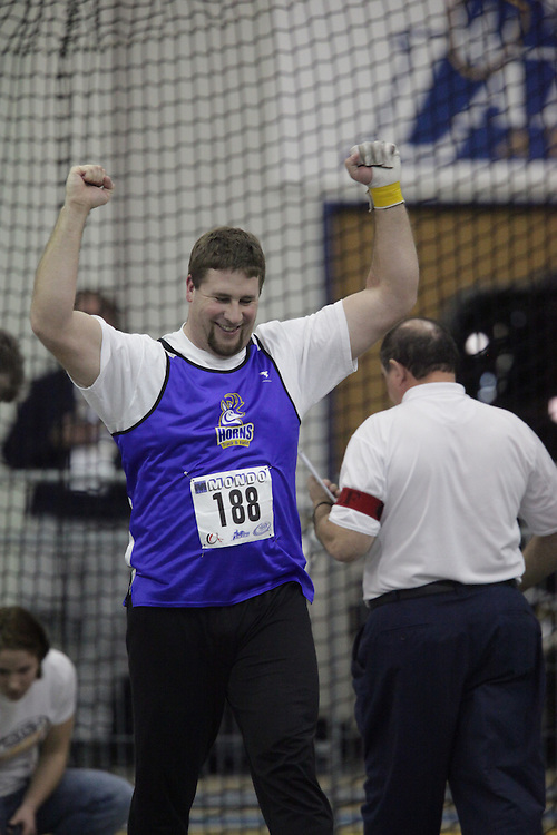 Windsor, Ontario ---13/03/09--- Jim Steacy of  the University of Lethbridge competes in the mens weight throw at the CIS track and field championships in Windsor, Ontario, March 13, 2009..GEOFF ROBINS Mundo Sport Images