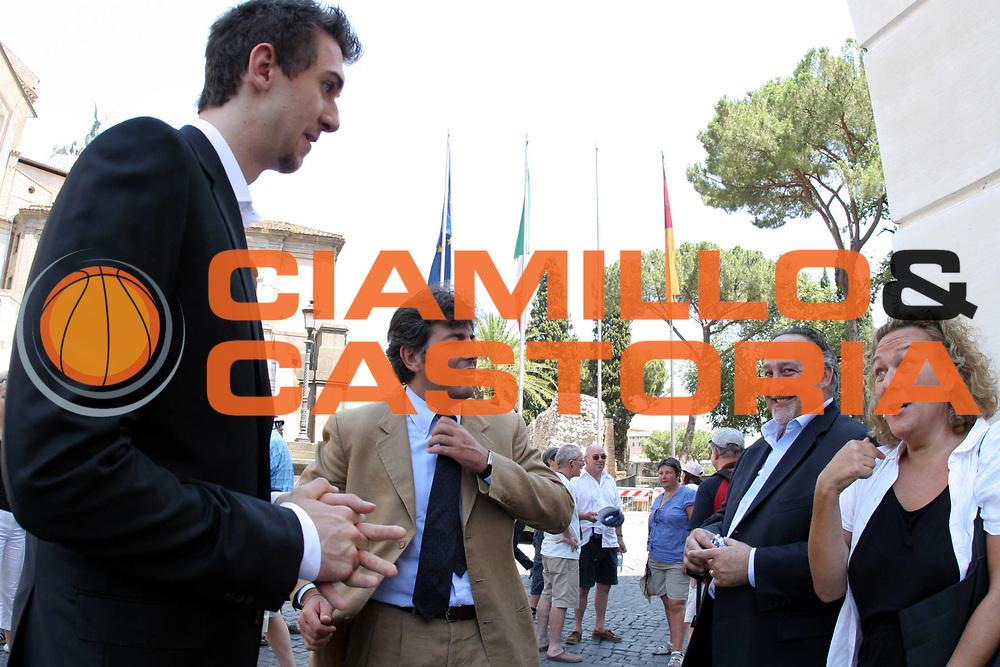 DESCRIZIONE : Roma Campidoglio Andrea Bargnani a colloquio con il Sindaco Veltroni<br />GIOCATORE : Bargnani Vanghetti Ricciotti<br />SQUADRA : Toronto Raptors<br />EVENTO : Roma Campidoglio Andrea Bargnani a colloquio con il Sindaco Veltroni<br />GARA : <br />DATA : 25/07/2006 <br />CATEGORIA : Ritratto<br />SPORT : Pallacanestro <br />AUTORE : Agenzia Ciamillo-Castoria/M.Cacciaguerra<br />Galleria : Legabasket A1 2006-2007<br />Fotonotizia : Roma Campidoglio Andrea Bargnani a colloquio con il Sindaco Veltroni<br />Predefinita :