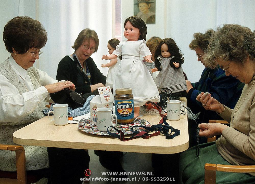 Vrijwilligers maken Huizer klederdrachtpoppen in het Klederdrachtmuseum Huizen van Gerrie Otten