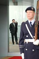 25 FEB 2002, BERLIN/GERMANY:<br /> Gerhard Schroeder, SPD, Bundeskanzler, wartet auf einen Gast, Bundeskanzleramt<br /> IMAGE: 20020225-02-005<br /> KEYWORDS: Gerhard Schröder, Wachsoldat, Soldat, Wachbataillon, Bundeswehr