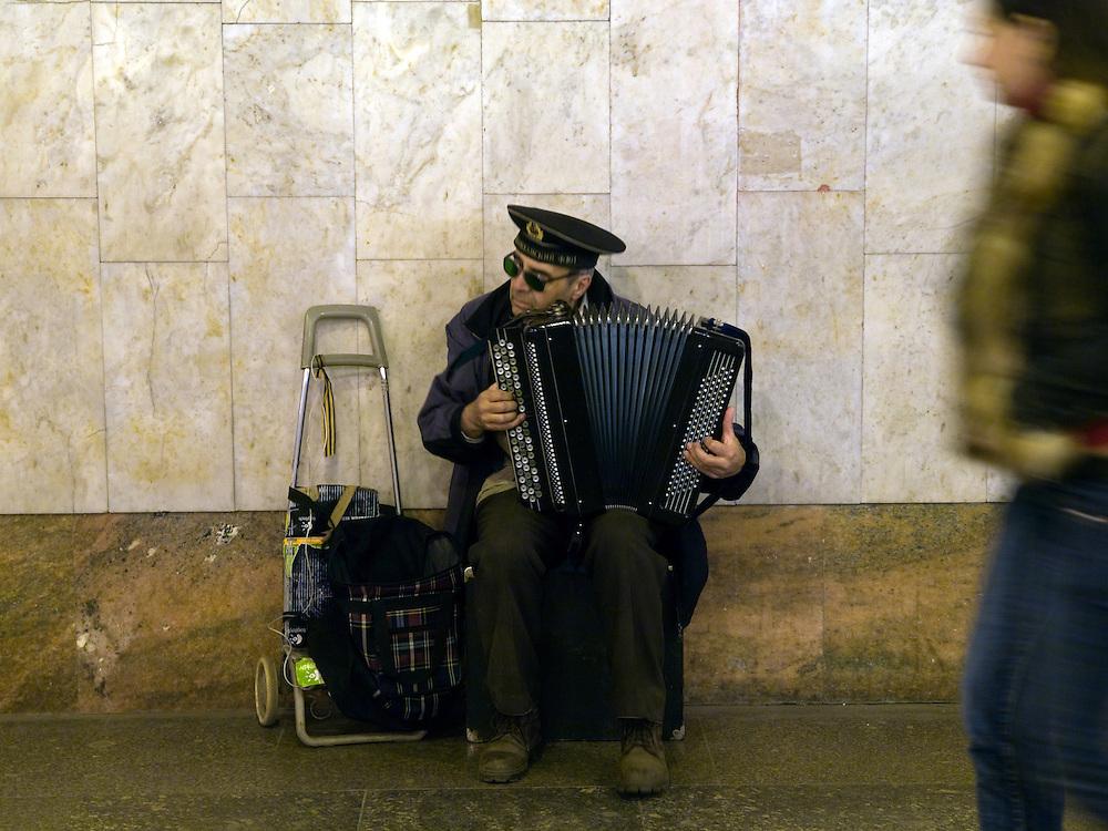 Musiker in der Metrostation &quot;Park Pobedy&quot; - diese Moskauer Metrostation wurde erst im Jahre 2003 fertiggestellt. Sie liegt 80 Meter unter der Erde. Ans Tageslicht f&uuml;hren die l&auml;ngsten Rolltreppen der Moskauer Metro. Oben ist der Siegespark, die wichtigste offizielle Gedenkst&auml;tte Moskaus f&uuml;r den Sieg im Gro&szlig;en Vaterl&auml;ndischen Krieg.<br /> <br /> Musician at the metro station Park Pobedy &quot;Victory Park&quot;. The station is on the Arbatsko-Pokrovskaya Line and with  97 m underground, it is the deepest station in Moscow. It also contains the longest escalators in Europe, each one is 126 metres long and has 740 steps.